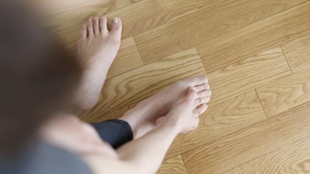 足 の 薬指 の 付け根 が 痛い